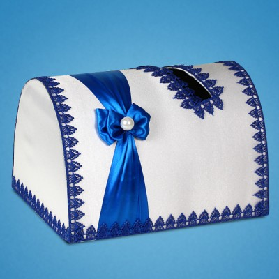 Белый сундучок для денег с синей лентой