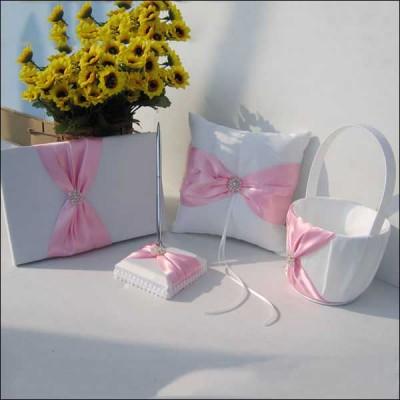 Свадебная коллекция аксессуаров в розово-белом цвете.
