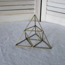 Металлический треугольник золотого цвета