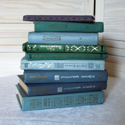 Книги синего  и зеленого цвета